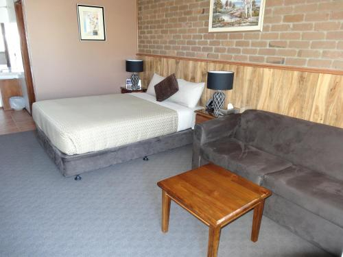 A bed or beds in a room at Peppinella Motel