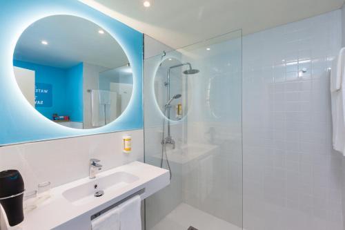 A bathroom at Abora Buenaventura by Lopesan Hotels