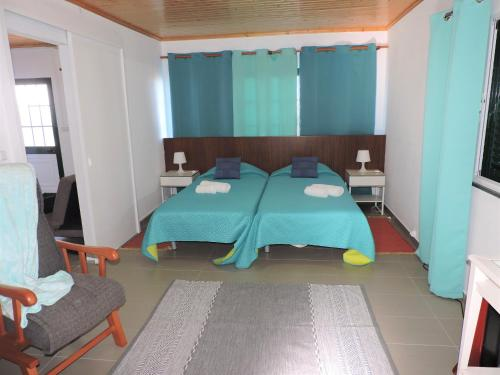 A bed or beds in a room at Casa do Bica