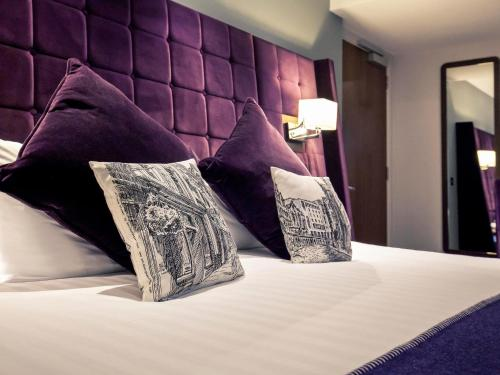 A bed or beds in a room at Mercure Edinburgh City - Princes Street Hotel