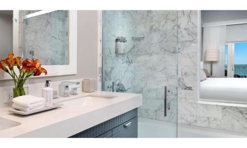 A bathroom at La Playa Beach & Golf Resort, a Noble House Resort