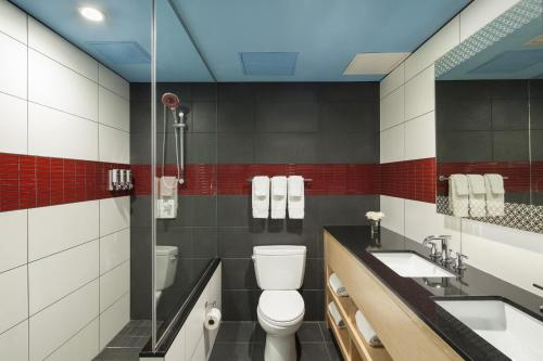 A bathroom at TRYP by Wyndham Times Square South