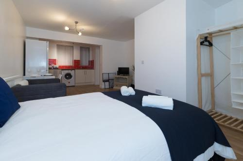 A bed or beds in a room at Studio apartment in Stoke-on-Trent city center