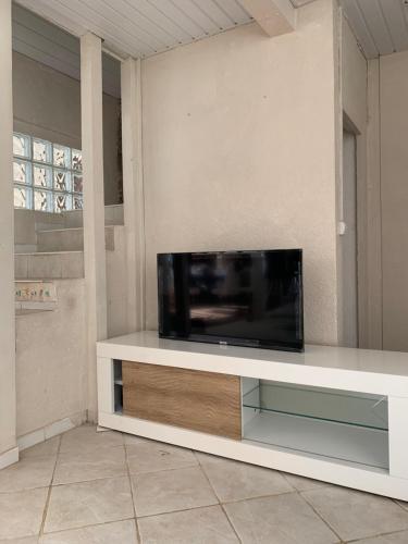 Uma TV ou centro de entretenimento em Magnifique maison bord de lagon
