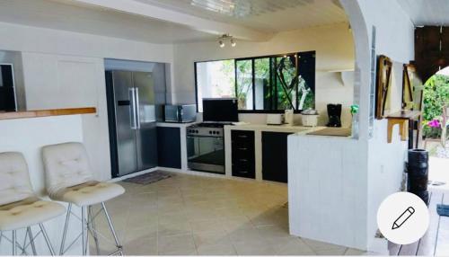 A cozinha ou cozinha compacta de Magnifique maison bord de lagon