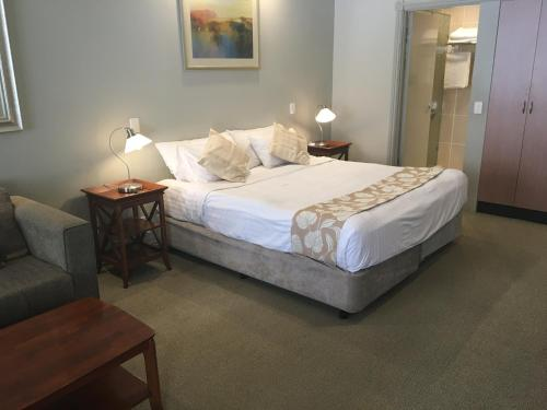 A bed or beds in a room at Shangri-La Gardens