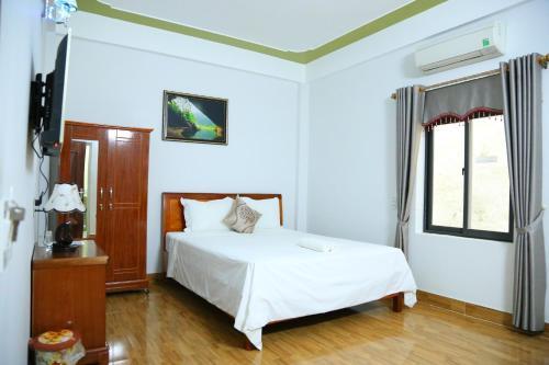 Giường trong phòng chung tại Son Tinh Hotel