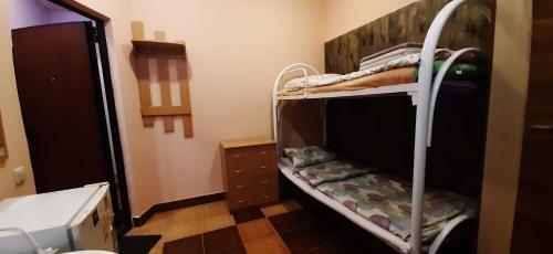 Двухъярусная кровать или двухъярусные кровати в номере Гостиница Острожский Вал