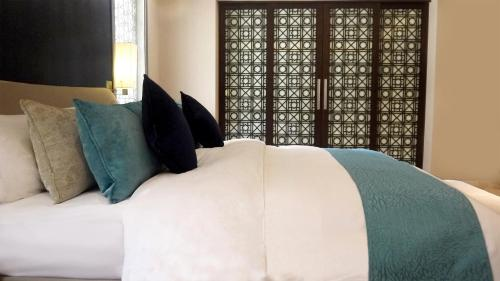 Кровать или кровати в номере Meliá Desert Palm Dubai