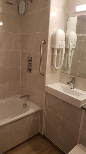 A bathroom at Travel Plaza Hotel