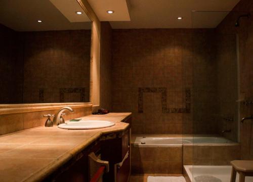 A bathroom at Hotel Los Sauces