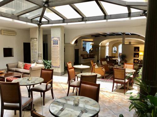 Un restaurant u otro lugar para comer en Hotel Almería