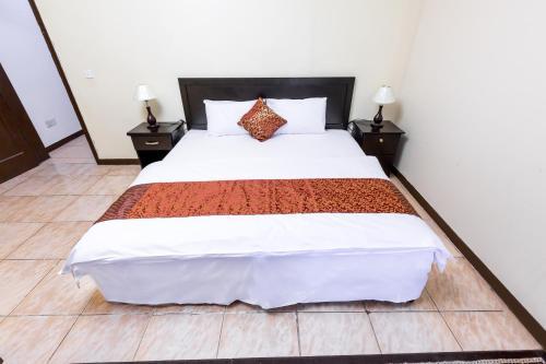 Cama ou camas em um quarto em Al Eairy Furnished Apartments- Jeddah 2