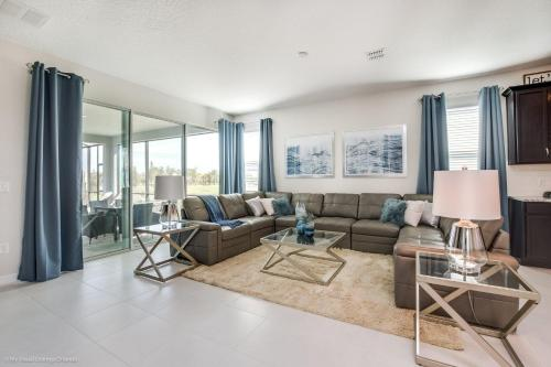 A seating area at Golf View Vacation Homes