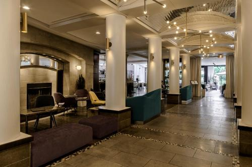 Лобби или стойка регистрации в Le Saint-Sulpice Hotel Montreal