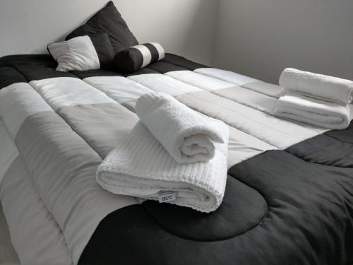 Una cama o camas en una habitación de Amoblados Cipolletti