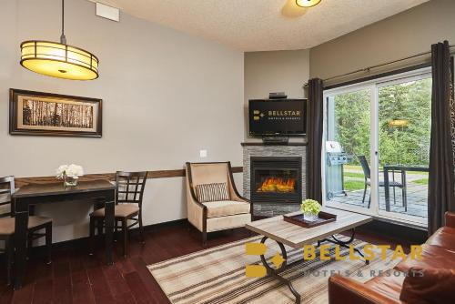 A seating area at Grande Rockies Resort-Bellstar Hotels & Resorts