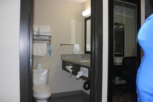 A bathroom at Western Star Inn & Suites Esterhazy