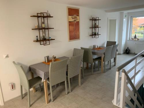 A restaurant or other place to eat at Das kleine Schwarze