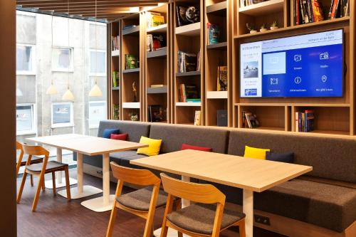 A restaurant or other place to eat at Holiday Inn Express - Mülheim - Ruhr, an IHG Hotel