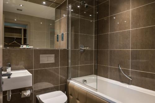 A bathroom at Radstone Hotel