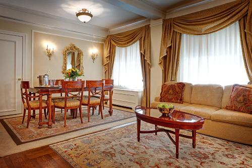 A seating area at Hotel Elysee by Library Hotel Collection