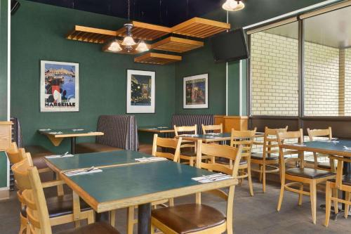 A restaurant or other place to eat at Days Inn by Wyndham Kenora