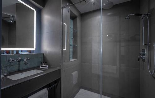 Een badkamer bij Clayton Hotel City of London