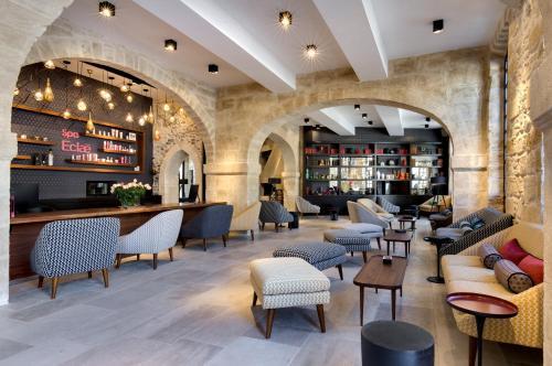 The lounge or bar area at Boutique Hôtel des Remparts & Spa