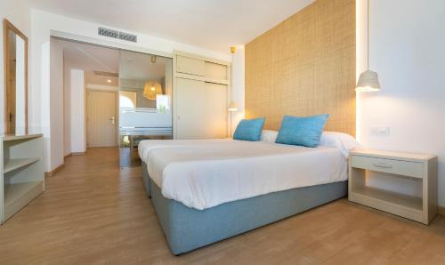 A bed or beds in a room at Apartamentos Sinfony