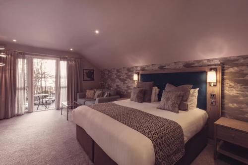 A bed or beds in a room at Regent Hotel By The Lake