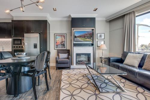 A seating area at Head For The Hills At Charming Mountain Apartment