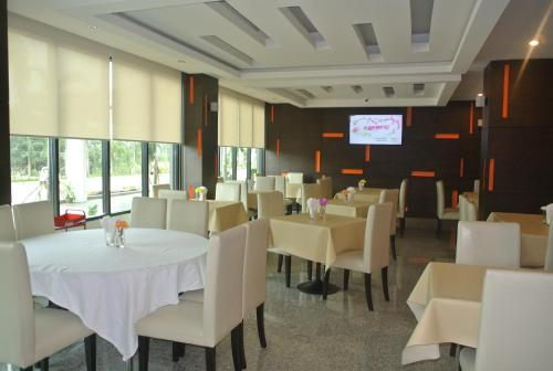 A restaurant or other place to eat at S Tara Grand