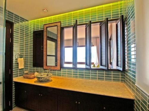 Ein Badezimmer in der Unterkunft Point of view condos, tranquility bay, koh chang