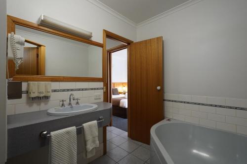 A bathroom at Best Westlander Motor Inn