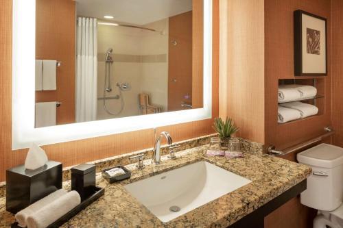 A bathroom at Hyatt Regency Phoenix