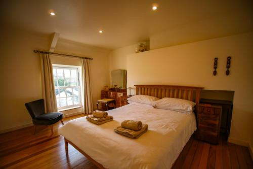 A bed or beds in a room at Nant Cottage