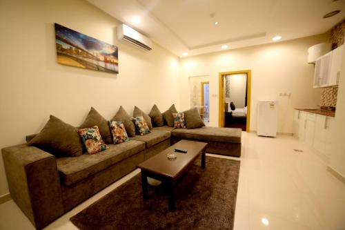 Uma área de estar em By Quiet Rooms الغرف الهادئة للوحدات السكنية