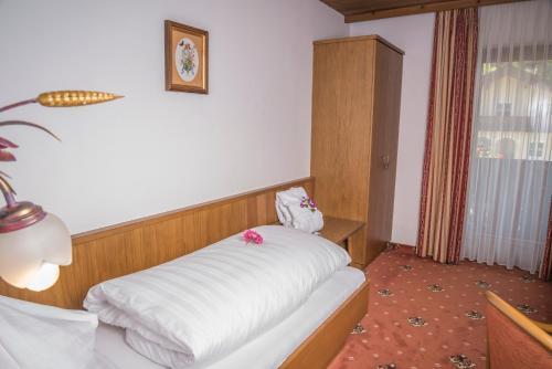 Ein Bett oder Betten in einem Zimmer der Unterkunft Hotel Sonne