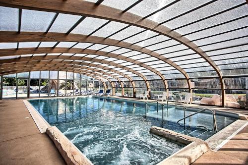 Het zwembad bij of vlak bij Camping Les Portes Du Beaujolais