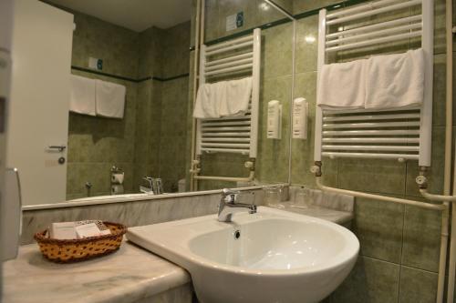 A bathroom at Hotel Bellevue
