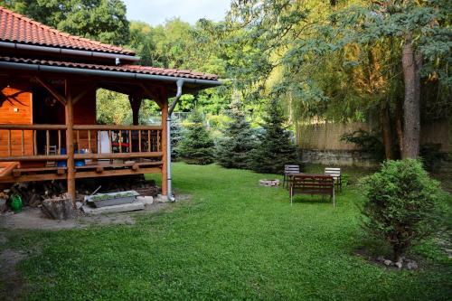 A garden outside Halháza vendégház