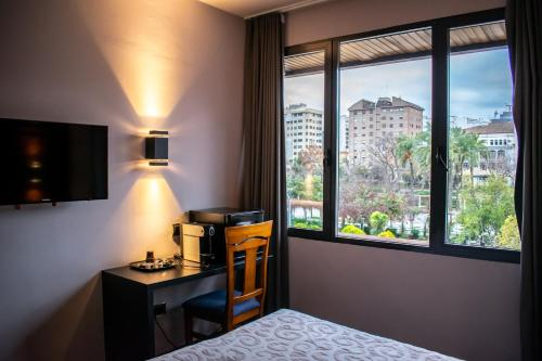 Una televisión o centro de entretenimiento en Hotel Condestable Iranzo