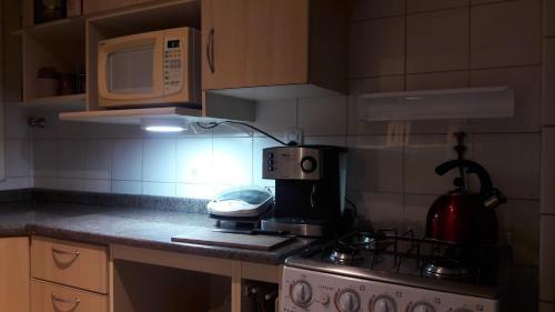 A kitchen or kitchenette at AMPLO 2Dorm. c/Box coberto e segurança 24hs no Menino Deus
