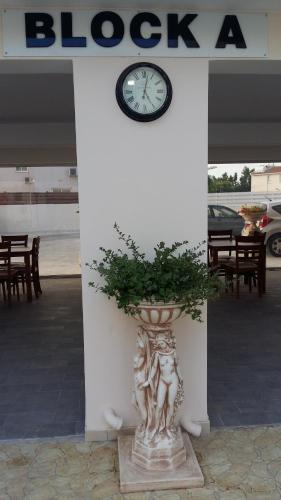A restaurant or other place to eat at Carisa Livadia Gardens
