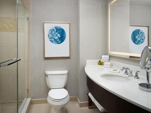 A bathroom at Signia by Hilton Orlando Bonnet Creek
