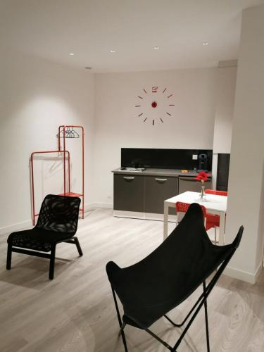 A seating area at Appartement GRIS - LOVE SUITE - BALNEO-JACCUZI