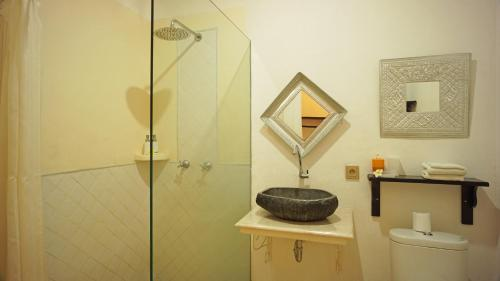 A bathroom at Hotel Puri Tempo Doeloe