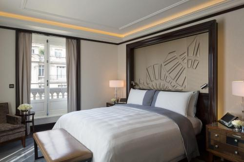 A bed or beds in a room at Hotel The Peninsula Paris