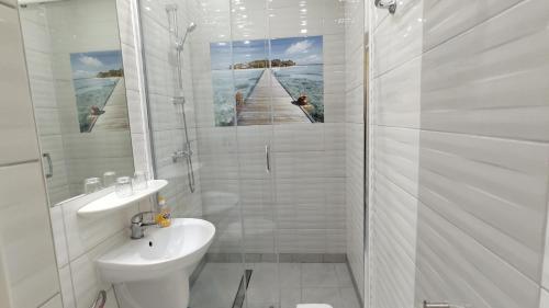 Łazienka w obiekcie Cyklada,BONY, śniadania, jezioro,przystań-200m, centrum-900m, park linowy-400m,aquapark-900m